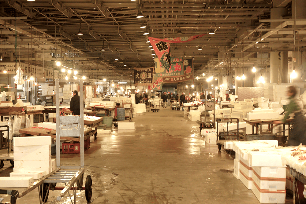 鮮魚や青果などの商店が並ぶ市場